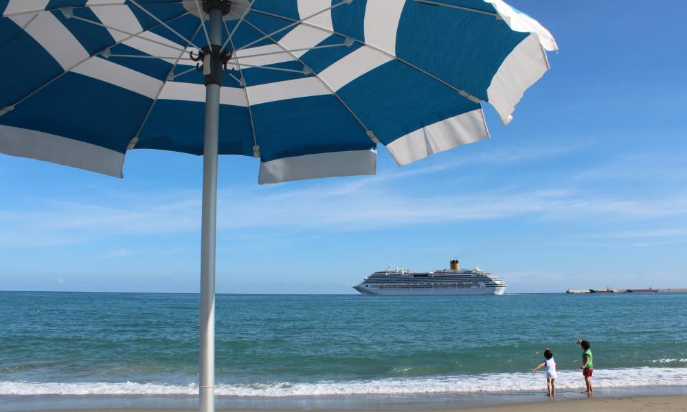 Spiaggia mmar ligure Riviera di Ponente. Ombrelloni e tendenza mare